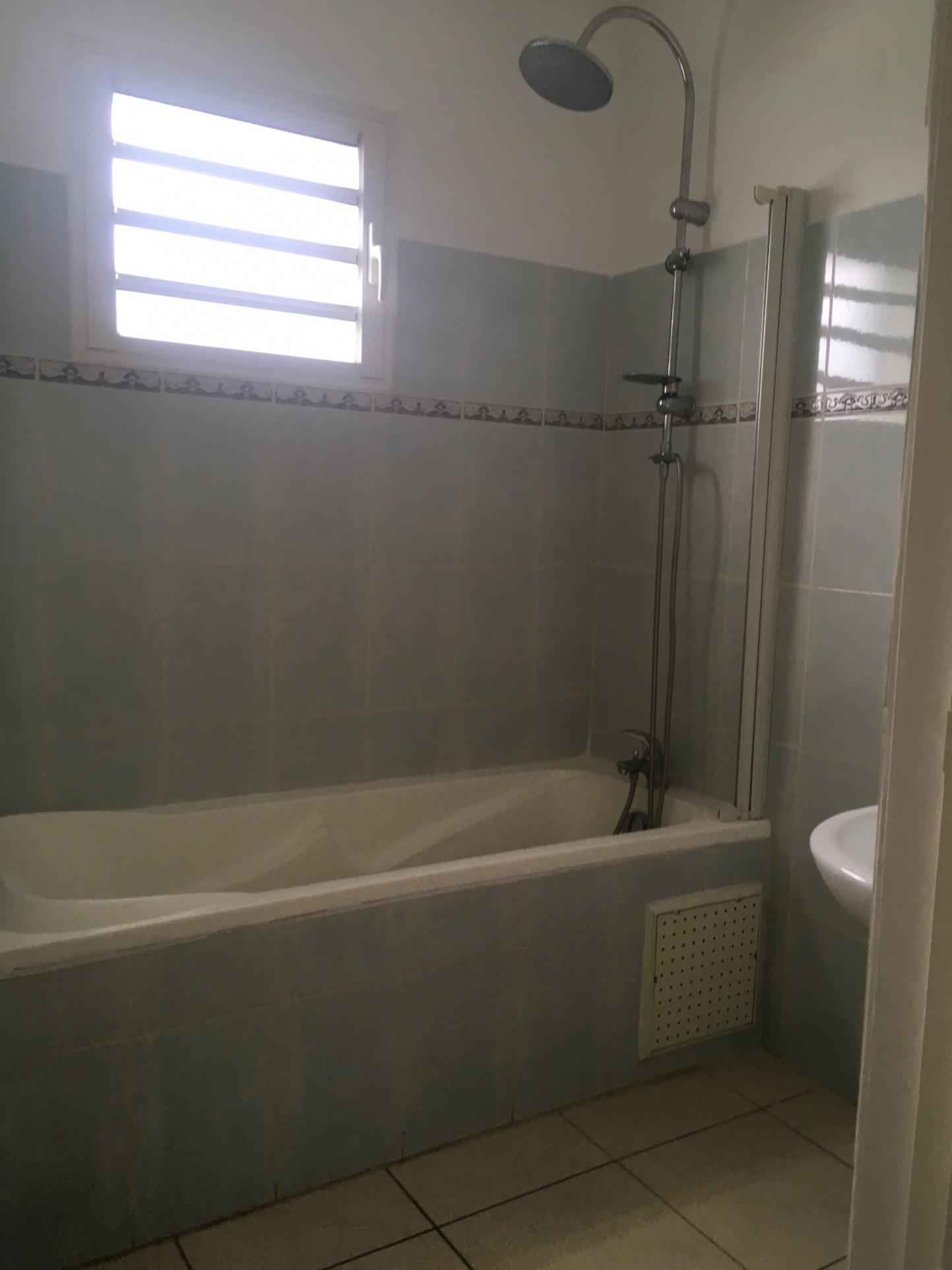 Salle de bains : baignoire, lavabo